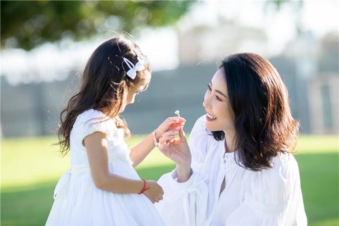 Hoa hậu Hà Kiều Anh đăng loạt ảnh tuyệt đẹp khi cùng 3 con về Mỹ thăm bà ngoại 4