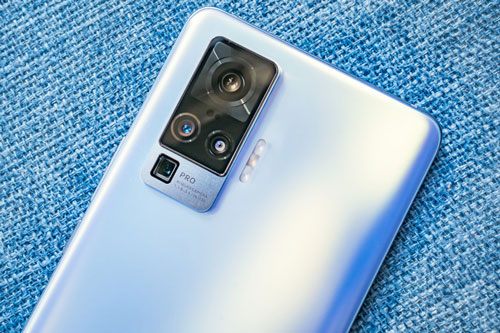 Vivo X50 Pro sở hữu 4 camera sau. Trong đó, cảm biến chính 48 MP, khẩu độ f/1.8 cho khả năng lấy nét theo pha. Ống kính tele tiềm vọng 8 MP, f/3.4 giúp zoom quang 5x hoặc zoom kỹ thuật số 60x, tích hợp chống rung quang học (OIS). Cảm biến thứ ba 8 MP, f/2.2 cho góc rộng 120 độ và ống kính chân dung 13 MP, f/2.2.