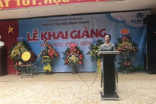 Bà Bùi Thị Sơn khi còn là hiệu trưởng trường Tiểu học Đông Thành (Thành phố Ninh Bình) (Ảnh: Trường Tiểu học Đông Thành)