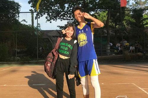 Đi cổ vũ bóng rổ, cô nàng mét rưỡi 'say nắng' luôn cậu bạn 1m87 cùng lớp năm nào và cái kết