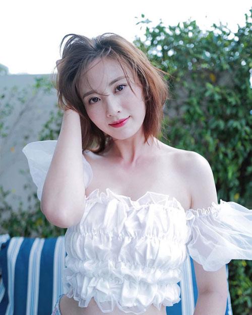"""Chu Thần Lệ vai Ân Tố Tố: Chu Thần Lệ sinh năm 1987, đăng quang ngôi vị Hoa hậu Hong Kong năm 2011, sau đó ký hợp đồng với TVB và trở thành diễn viên. Cô từng góp mặt trong các bộ phim nổi tiếng như Bao la vùng trời 2, Danh viện vọng tộc, Bằng chứng thép 4... Sau nhiều năm được TVB lăng xê, diễn xuất Chu Thần Lệ vẫn giậm chân tại chỗ với danh tiếng """"bình hoa di động""""."""