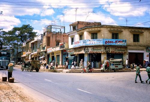 Trong loạt ảnh màu hiếm có của Gary Cantrell, những địa danh nổi tiếng của Gia Lai, Kon Tum hiện lên đẹp ấn tượng và nguyên sơ. Trong ảnh là phố núi Pleiku năm 1970. Thuộc tỉnh Gia Lai, Pleiku là thành phố lớn thứ 3 tại Tây Nguyên, sau Đà Lạt và Buôn Mê Thuột.