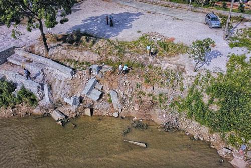 Sạt lở trước Đình Lưu Xá (xã Hòa Chính) khu vực ngã 3 sông Bùi và sông Đáy. (Ảnh: TTXVN)