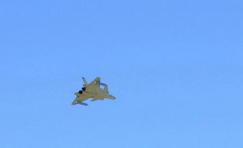 Tiêm kích tàng hình J-20 với bình nhiên liệu phụ treo ngoài. Ảnh: Sina.