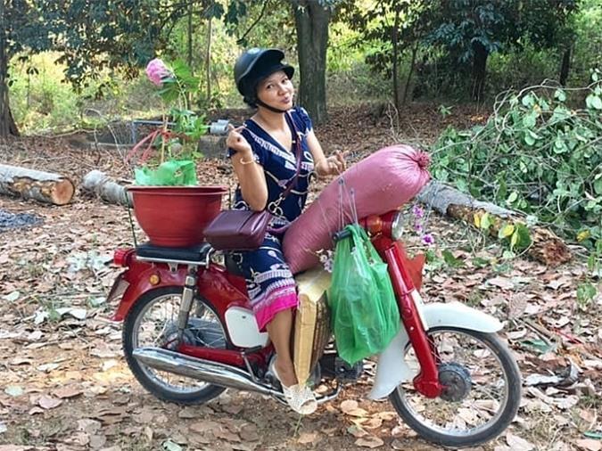Kiều Trinh hiện có cuộc sống đơn giản. Ở tuổi ngoài 40, cô bắt đầu học làm vườn. Nữ diễn viên có một mảnh vườn rộng khoảng 5.000 m2 do ba mẹ để lại tại tỉnh Bình Phước. Khi rảnh rỗi, Kiều Trinh cùng các con về quê chăm sóc vườn tược. Cô đích thân lựa chọn và chở các giống cây mang về trồng.