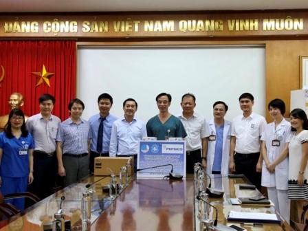 Trung ương Hội Thầy thuốc trẻ Việt Nam trao tặng thiết bị y tế cho BV Bạch Mai