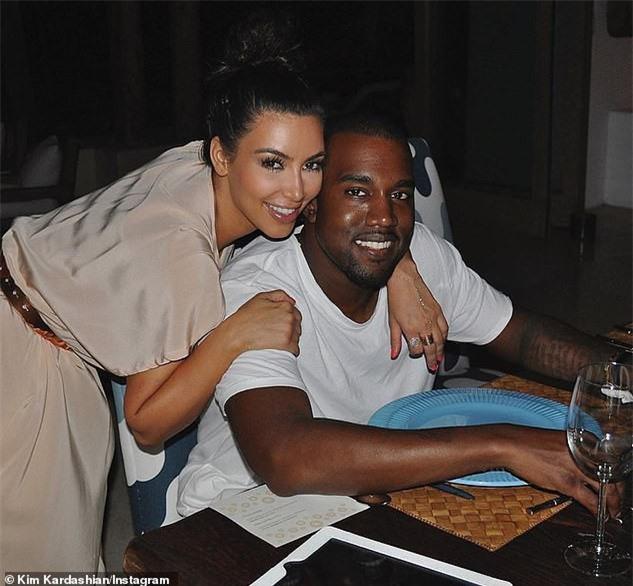 Kim Kardashian khoe ba vòng 'nảy lửa' với trang phục cắt xẻ gợi cảm - ảnh 4