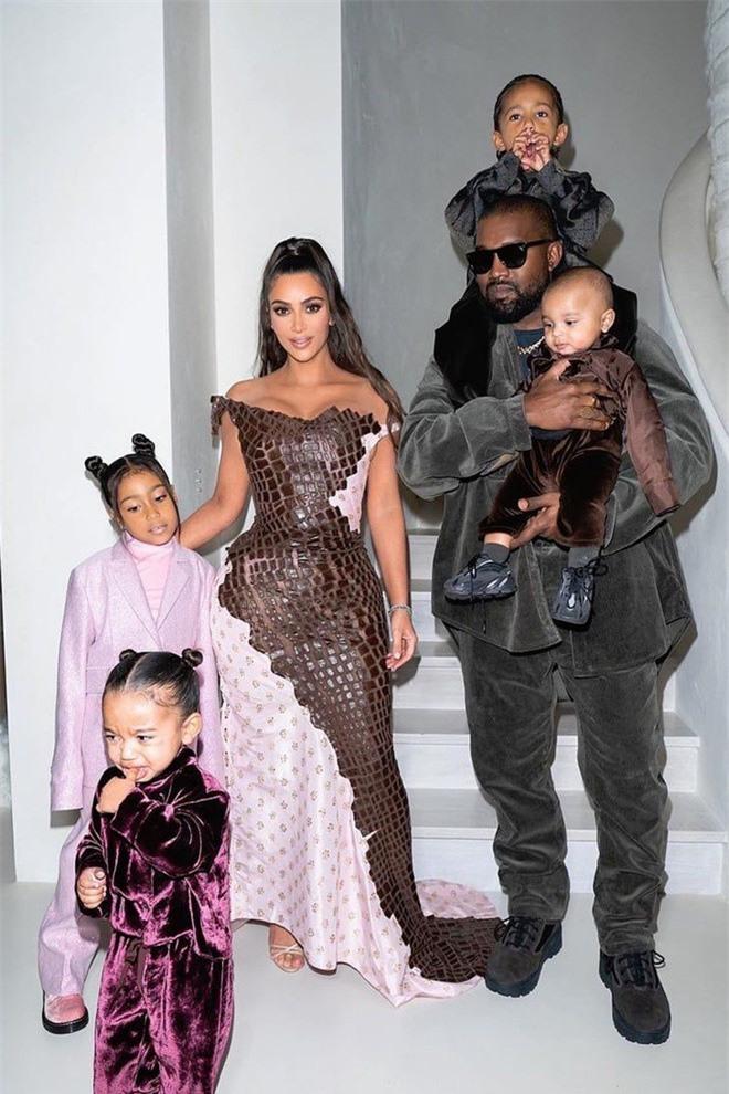 Kim Kardashian khoe ba vòng 'nảy lửa' với trang phục cắt xẻ gợi cảm - ảnh 6