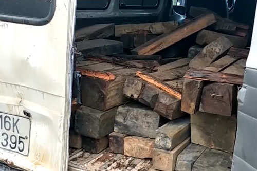 Bị truy đuổi, lái xe chở gỗ lậu lao xe vào lực lượng chức năng
