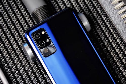 Honor Play 4 Pro chỉ có 2 camera với cảm biến chính 40 MP, khẩu độ f/1.8 cho khả năng lấy nét theo pha. Ống kính tele 8 MP, f/2.4 giúp zoom quang học 3x hoặc zoom kỹ thuật số 30x, chống rung quang học (OIS), lấy nét bằng laser.