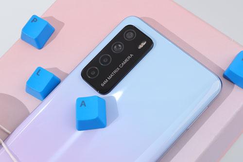 Honor Play 4 sở hữu 4 camera sau. Cảm biến chính 64 MP, khẩu độ f/1.9 cho khả năng lấy nét theo pha. Ống kính góc rộng 8 MP, f/2.2. Cảm biến macro và ống kính chiều sâu cùng có độ phân giải 2 MP, f/2.4.