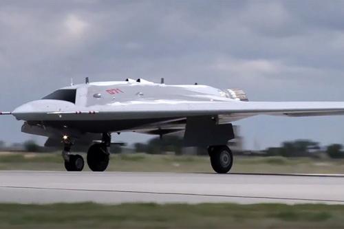 Máy bay không người lái vũ trang S-70B Okhotnik của Nga. Ảnh: RT.