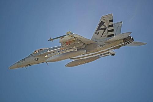 Tiêm kích hạm F/A-18E/F Super Hornet mang theo tên lửa AGM-88G trong chuyến bay thử nghiệm. Ảnh: Hải quân Mỹ.