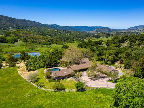 Điền trang tên là Rana Creek, có diện tích lên đến hơn 5.600 ha, tọa lạc tại thành phố Carmel, tiểu bang California. Mike Markkula cùng vợ mua bất động sản này vào năm 1982 với giá 8 triệu USD.