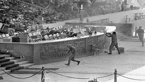 Những kẻ liều mạng xả súng vào lễ đài ngay giữa buổi diễu binh