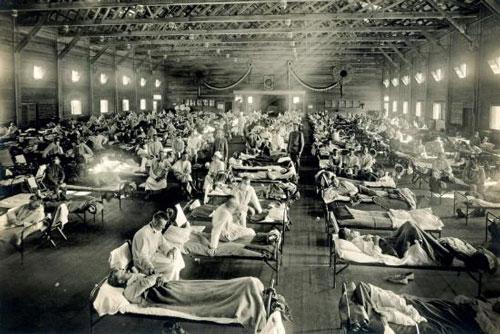 Bệnh nhân cúm trong bệnh viện dã chiến gần căn cứ Fort Riley, bang Kansas năm 1918.  Ảnh: Guardian