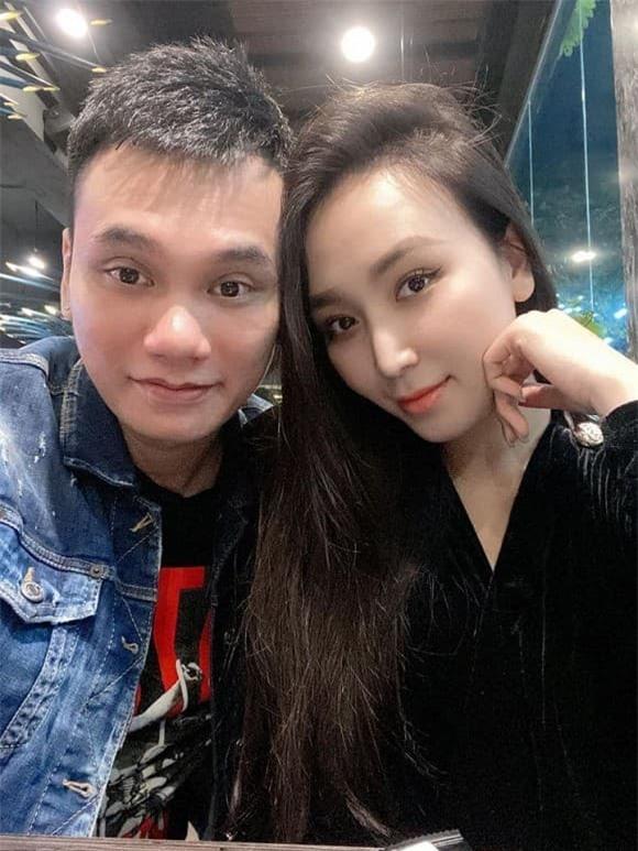 vợ Khắc Việt bầu 4 tháng 2
