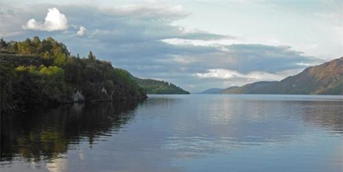 Xác động vật dạt vào bờ Loch Ness, nghi là quái vật huyền thoại - 2