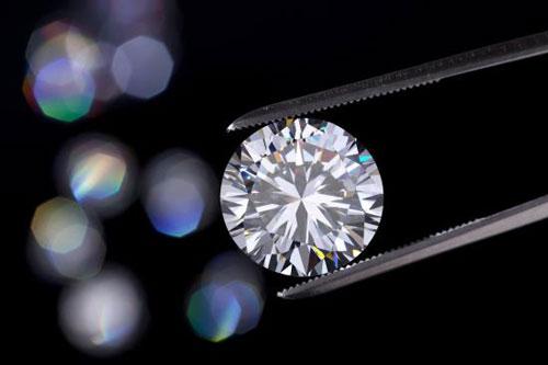 Kim cương nhân tạo có độ cứng tương tự kim cương tự nhiên.