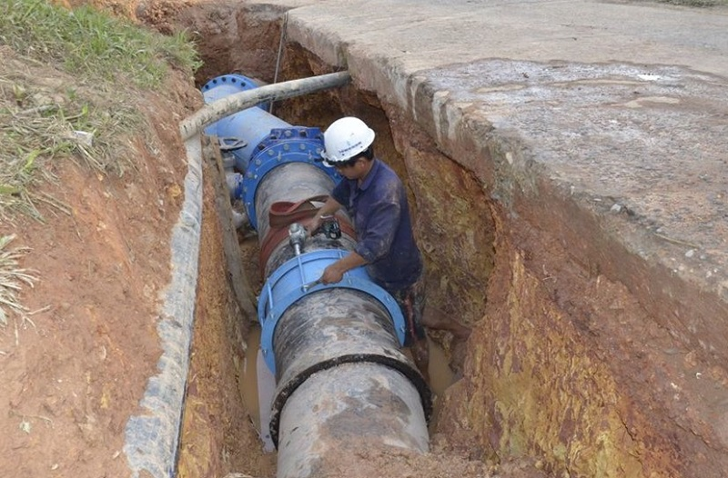 Nhân viên HueWACO sửa chữa hệ thống dẫn nước để phục vụ người dân và doanh nghiệp.