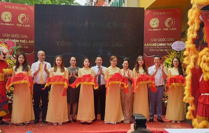 Đại diện các đơn vị lên cắt băng khánh thành khai trương Showroom sâm Bố Chính Tuệ Lâm tại Hà Nội