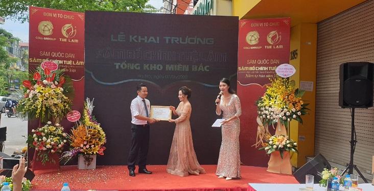 Phó tổng giám đốc COLL GROUP Nguyễn Tố Uyên lên nhận bằng chứng nhận từ phía Công ty TNHH Nông nghiệp Công Nghệ Cao Tuệ Lâm