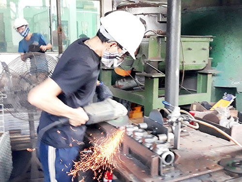 Việc giảm thuế thu nhập doanh nghiệp sẽ giúp các doanh nghiệp nhỏ, siêu nhỏ có thêm điều kiện phục hồi sản xuất Trong ảnh: Sản xuất tại một doanh nghiệp ngành hàng công nghiệp hỗ trợ ở TP.Biên Hòa. Ảnh minh họa
