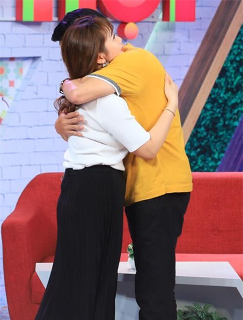 Vợ chồng nam diễn viên tình cảm ôm chặt nhau trong buổi ghi hình chương trình.