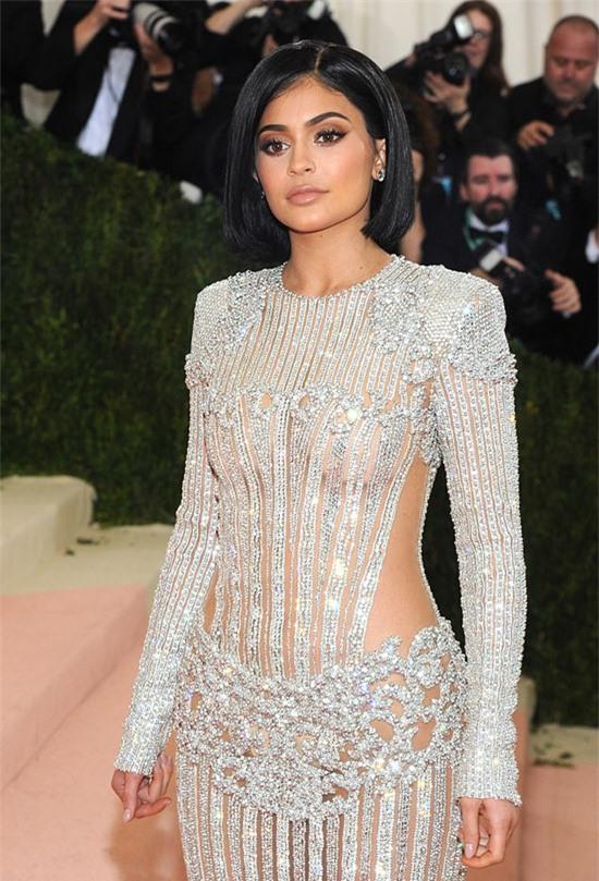 Kylie Jenner vượt mặt các siêu sao giải trí thế giới về khả năng kiếm tiền trong 12 tháng qua. Ảnh: JP.