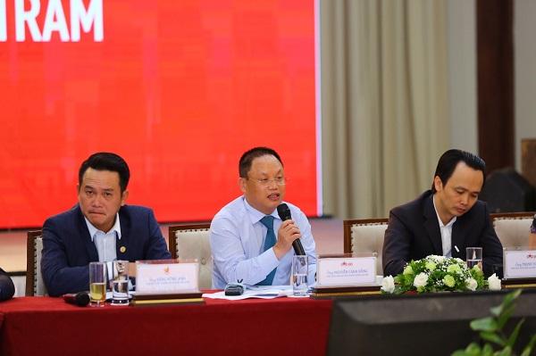Ông Nguyễn Cảnh Hồng - Chủ tịch CLB Doanh nhân Sao Đỏ, Tổng giám đốc Công ty Eurowindow - Sao đỏ năm 2008.