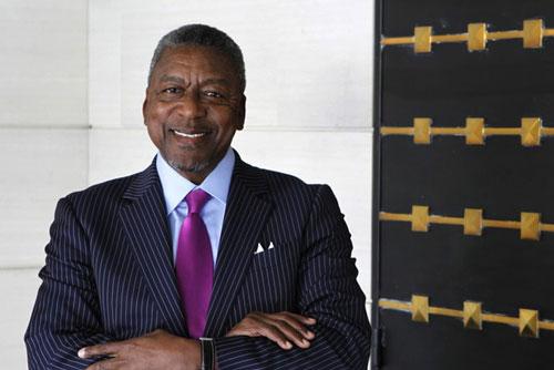 Robert Johnson thành lập Black Entertainment Television (BET) - một đài truyền hình cáp nổi tiếng nhắm đến khán giả người Mỹ gốc Phi - vào năm 1980. Năm 2001, ông trở thành tỷ phú khi bán BET cho tập đoàn truyền thông Viacom với giá 3 tỷ USD. Johnson nhận 1,3 tỷ USD cho thương vụ này. Ảnh: Getty.