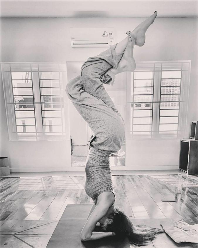 Hồ Ngọc Hà chinh phục nhiều tư thế khó trong bộ môn yoga.