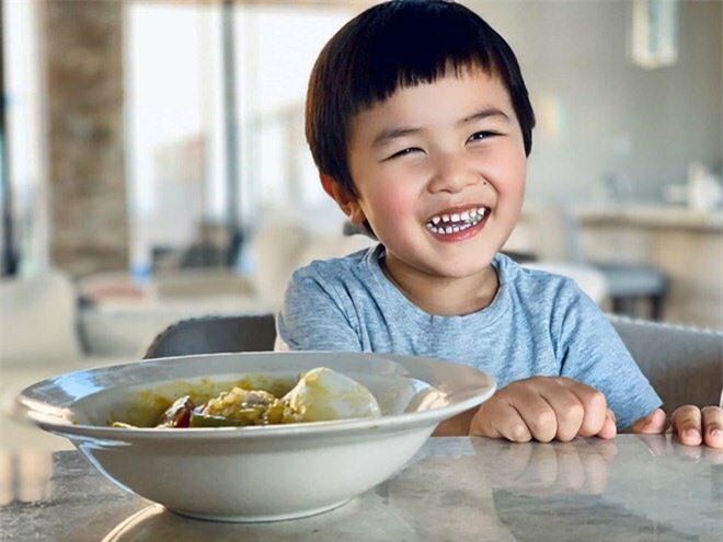 Hơn 3 tuổi, Thiên Từ rất hay nói và nhanh nhẹn.