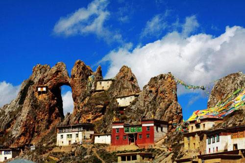 Ngôi đền bí ẩn trên núi cao ở Tây Tạng.