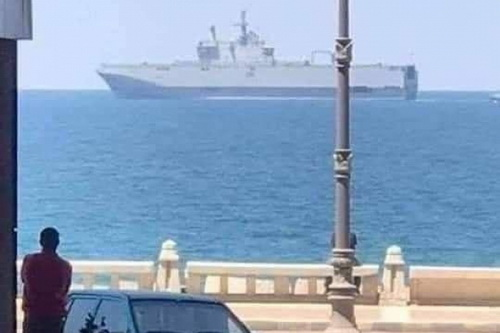 Tàu sân bay trực thăng Mistral của Ai Cập đang tiến đến bờ biển Libya. Ảnh: Avia-pro.