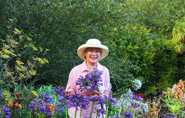 Cuộc đời bình yên bên vườn hoa trái đẹp như thiên đường của bà lão 83 tuổi - 1