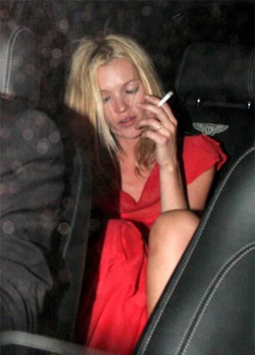 Kate Moss bơ phờ trở về nhà sau bữa tiệc đêm năm 2007.