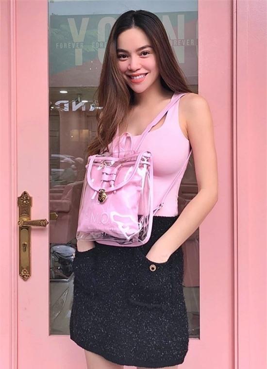 Mang thai đôi ở tháng thứ 4, Hồ Ngọc Hà vẫn rạng rỡ, năng động và được khen ngày càng nhuận sắc. Cô điều hành một thương hiệu mỹ phẩm, chụp ảnh thời trang, chuẩn bị cho các sản phẩm âm nhạc mới.