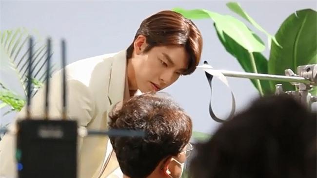 Kim Woo Bin tham gia buổi chụp hình.