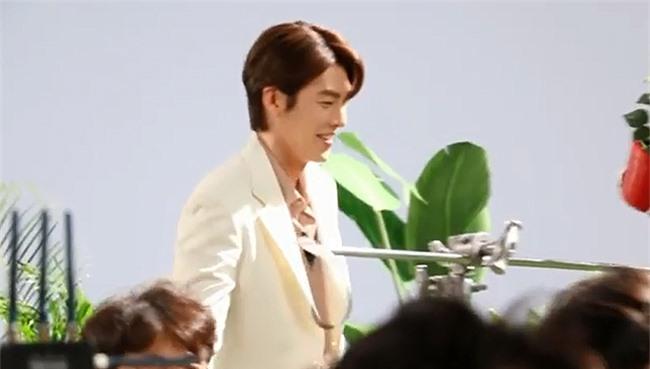 Kim Woo Bin tươi tắn trong suốt buổi làm việc.