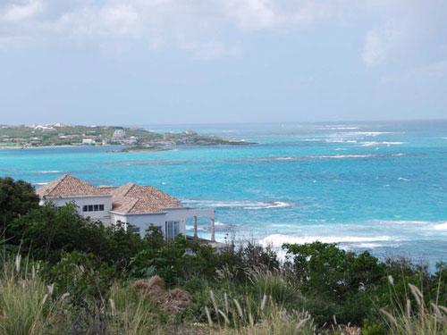 Vị tỷ phú công nghệ này còn là chủ một ngôi nhà 4 tầng mang phong cách cổ điển pha lẫn đương đại, nằm trên đảo Anguilla ở vùng biển Caribbean. Ảnh: Wikimedia Commons.