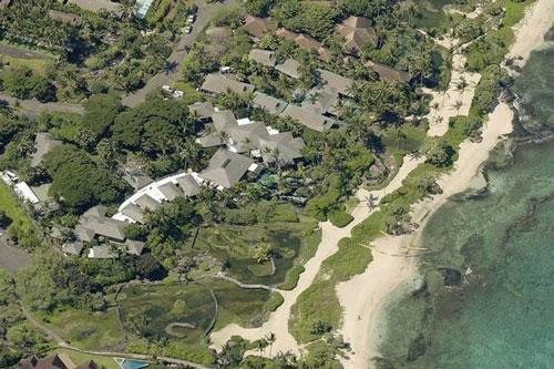 Gia đình Michael Dell thường xuyên nghỉ dưỡng tại tổ hợp biệt thự rộng hơn 1.700 m2, nằm trên một mảnh đất có diện tích khoảng 1,7 ha ở quần đảo Hawaii. Bất động sản này có tên là Raptor Residence và trị giá 73 triệu USD. Ảnh: Pictometry.