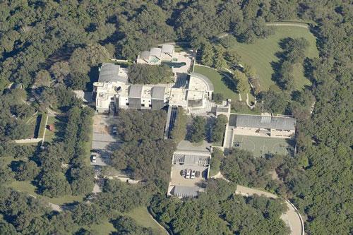 Tỷ phú Michael Dell và gia đình sinh sống trong một tổ hợp biệt thự nằm trên một mảnh đất có diện tích hơn 48 ha, tọa lạc tại thành phố Austin, tiểu bang Texas, Mỹ. Bất động sản này có tổng cộng 8 phòng ngủ, 16 phòng tắm, được hoàn thiện vào năm 1996, và được định giá 22,5 triệu USD. Ảnh: Pictometry.