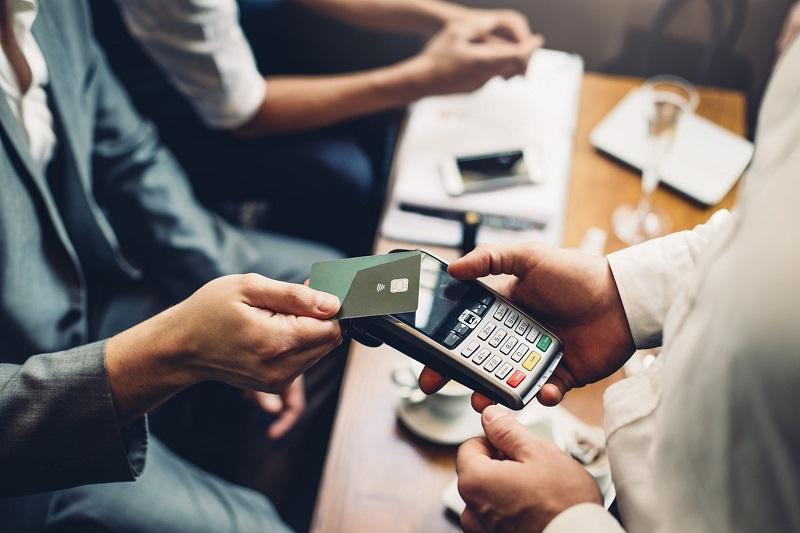 Ngày càng có nhiều người tiêu dùng yêu thích việc thanh toán qua thẻ.