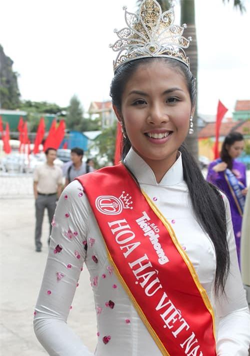 khong-lien-quan-nhung-hai-nang-hau-ngoc-han-va-hhen-nie-lai-co-diem-giong-nhau-ngo-ngang-4-ngoisaovn-w500-h713 4