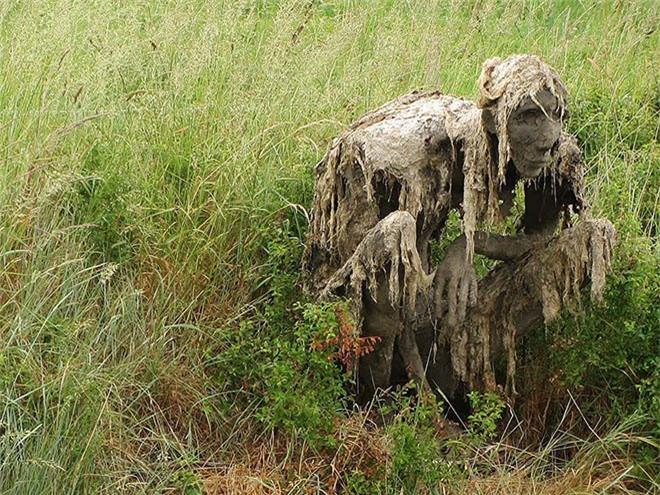 Buổi tối gặp những bức tượng đầm lầy này đảm bảo du khách hết hồn bỏ chạy - Ảnh 10.