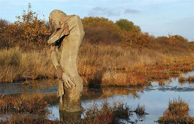 Buổi tối gặp những bức tượng đầm lầy này đảm bảo du khách hết hồn bỏ chạy - Ảnh 12.