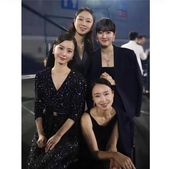 Suzy gây tranh cãi khi chụp ảnh với dàn diễn viên tài năng - Ảnh 1