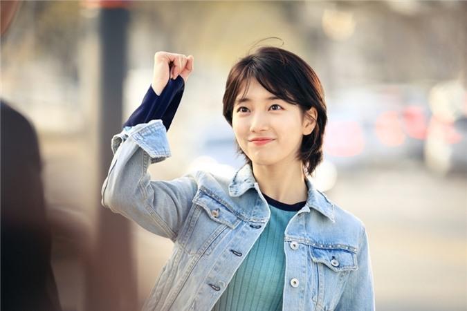 Suzy gây tranh cãi khi chụp ảnh với dàn diễn viên tài năng - Ảnh 3