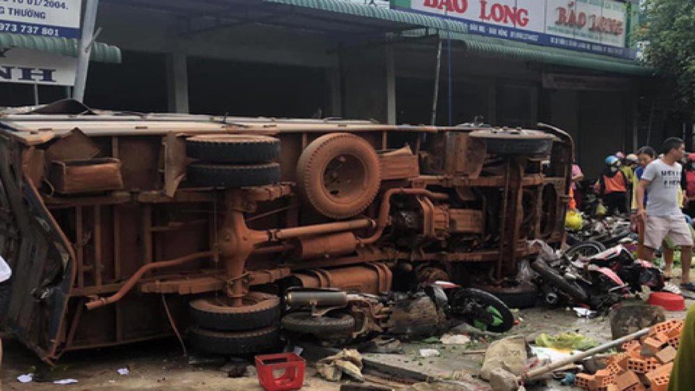 Xe tải bị lật đè lên 2 xe máy khiến 4 người chết và nhiều người bị thương.